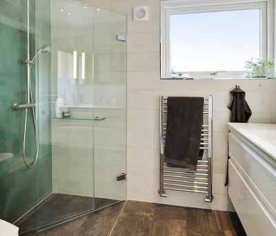 Nyt 4 m2 badeværelse med Ifö toilet og Unidrain afløb i Roskilde