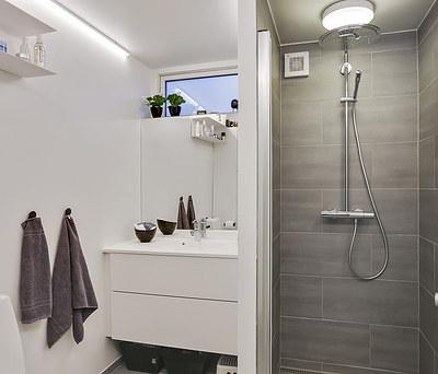 Nyt 5 m2 badeværelse med Grohe rainshower bruser i Kalundborg
