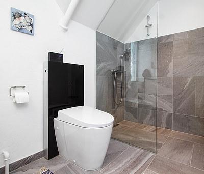 Nyt 5-6 m2 badeværelse med Geberit AquaClean toilet og Grohe bruser nær Aalborg