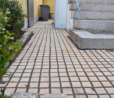 Nye fliser, klinker og kanter i indkørsel til hus på Frederiksberg
