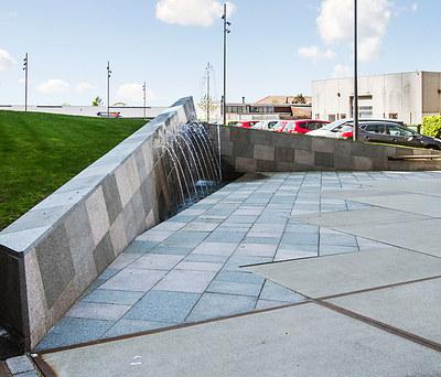 Offentligt torv med vandskulpturer i beton i Roskilde