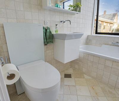 Nyt badeværelse med Geberit AquaClean toilet og Duravit badekar i Espergærde nær Helsingør