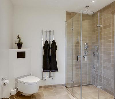 Nyt 10 m2 badeværelse med Geberit Aquaclean Mera toilet i Odense