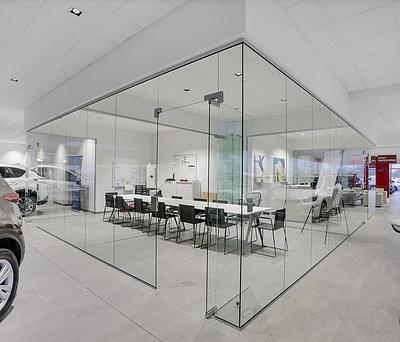 Flot salgskontor med store Svane Glas fuldglasvægge i Risskov nær Århus