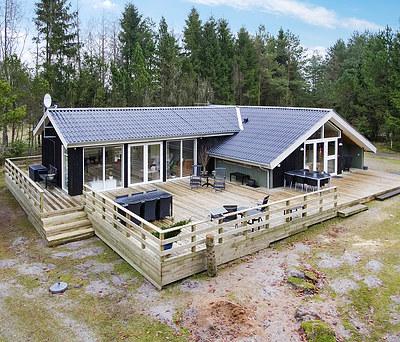 Ny tilbygning samt 155 m2 træterasse til hus i Gammel Rye syd for Silkeborg
