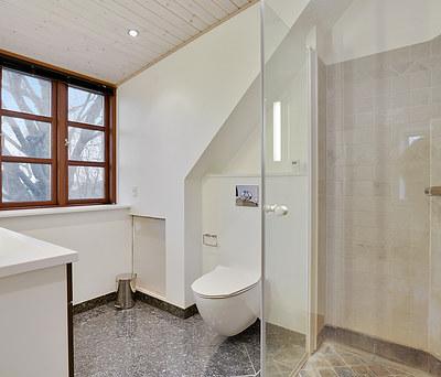 Nyt badeværelse med Ifö toilet, vandhane og bruser i Ringsted