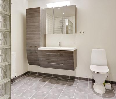 Nyt 6,75 m2 badeværelse med Ifö vask og Dansani møbler i Maribo på Lolland Falster