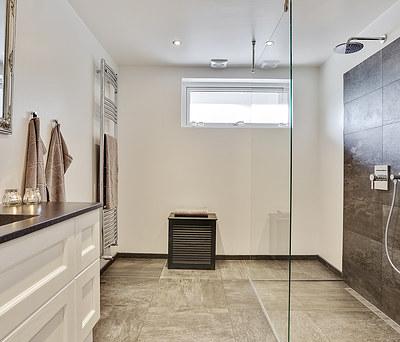 Nyt 10 m2 badeværelse med Grohe rainshower bruser og granitbordplade i Greve nær Roskilde