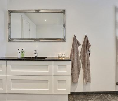 Nyt badeværelse med Damixa vandhane, Grohe rainshower bruser og granitbordplade i Greve nær Roskilde