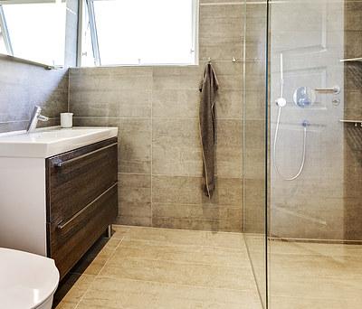 Nyt badeværelse med Grohe armatur og Strømberg håndklædetørrer i Viby Sjælland syd for Roskilde