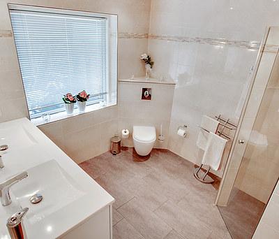 Nyt badeværelse med håndfrit Grohe armatur og gulvvarme i Hedehusene nær Roskilde