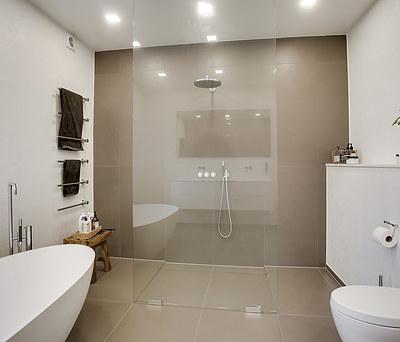 Nyt badeværelse med Vola bruser og badekar