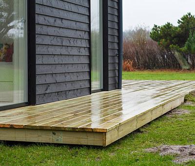 Renovering af sommerhus inkl. ny 55 m2 træterrasse og nye Velfac vinduer i Liseleje nær Helsinge