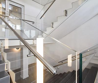 Nyt flot glasværn til trappe i erhvervsejendom i København