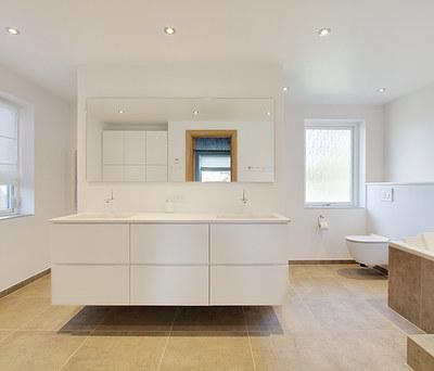 Nyt 18 m2 badeværelse med store grå klinker og Hansgrohe armatur i Odense