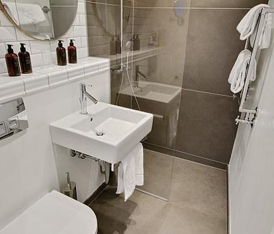 Nyt badeværelse med Hansgrohe Raindance bruser og Duravit håndvask i København