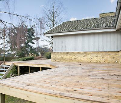 Ny hævet træterrasse med trappenedgang til have i Karlslunde syd for Greve