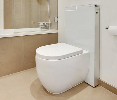 Nyt badeværelse med Geberit AquaClean toilet, Duravit badekar og Hansgrohe bruser i Roskilde