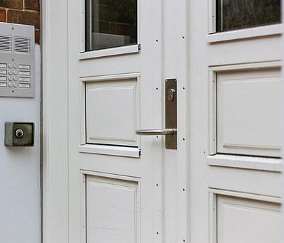 Specielfremstillet indgangsdør til lejlighedsopgang i gammelt byhus i Odense