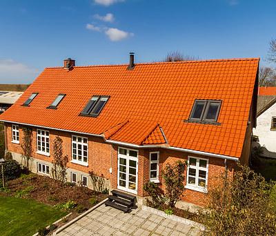 Nyt 280 m2 Monier tegltag med Rheinzink tagrender i Højby nær Nykøbing Sjælland