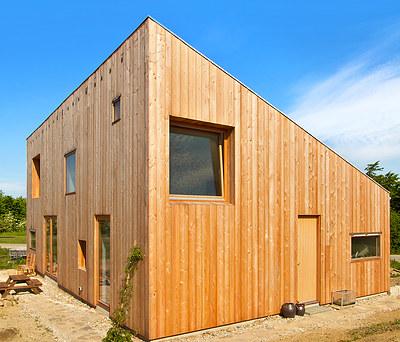 Nybygget hus på 98 m2 i moderne stil beklædt med træ i Hvalsø vest for Roskilde