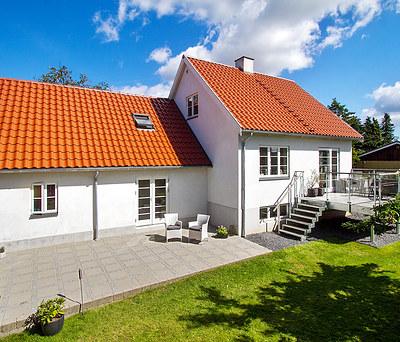 Flot facaderenovering samt facadeisolering af 140 m2 hus i Farum