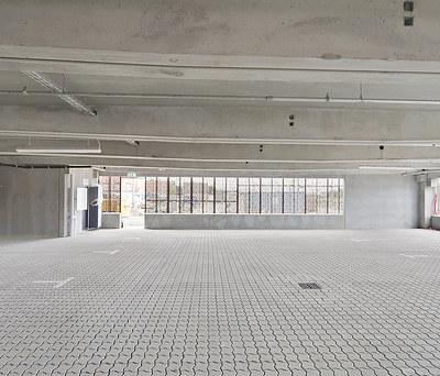 Ny belægning med kaluk sten i stort parkeringshus i Køge