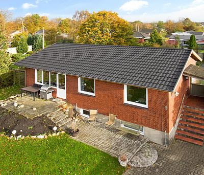 Nyt 130 m2 sort Decra ståltag med Icopal tagrender til hus i Brande