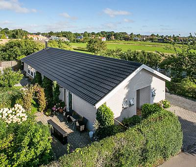 Nyt 200 m2 sort Decra ståltag fra Icopal til hus i Egå nær Århus
