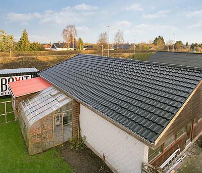 Nyt 140 m2 Icopal Decra Classic sort ståltag til hus i Århus V