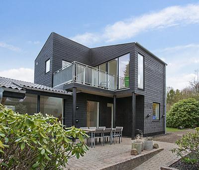 Ny flot tilbygning med Icopal tagpaptag og Superwood facadebeklædning til hus i Birkerød