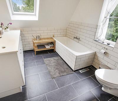 Nyt 14 m2 badeværelse med Ifö badekar og Grohe bruser i Gentofte nær Lyngby