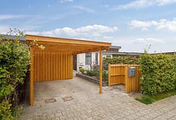 Ny flot carport inkl. skur i lærketræ til hus i Hillerød