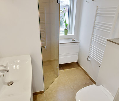Nyt badeværelse med Grohe bruser og hængetoilet i Hørsholm nær Hillerød