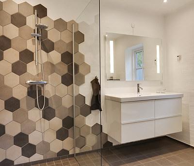 Nyt 7 m2 badeværelse med Ifö toilet og Hansgrohe armatur i Kalundborg