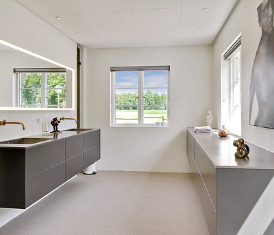 Nyt 18 m2 badeværelse med Geberit AquaClean toilet og VOLA kobber bruser i Hals nær Aalborg