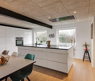 Nyt Svane køkken med Troldtekt loft og skifervæg i Bramming nær Esbjerg