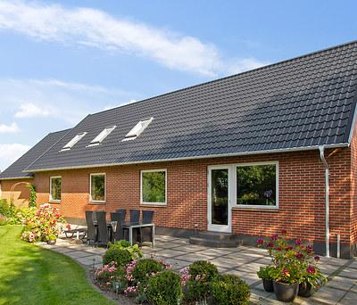 Nyt 781 m2 sort ståltag fra Profilmetal inkl. solceller til hus i Grindsted