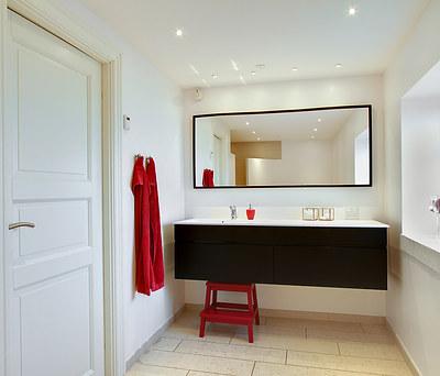 Nyt 10 m2 badeværelse med VOLA armatur i Holbæk
