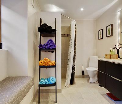 Nyt 10m2 badeværelse med indmuret bænk lavet af Henriks Tegne- og Byggefirma i Kalundborg