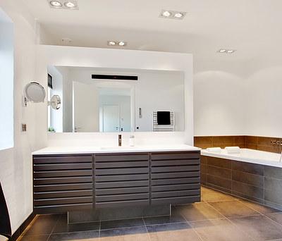 Nyt 16 m2 badeværelse med Geberit AquaClean toilet og VOLA armaturer i Odense