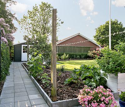 To flotte nye fliseterrasser med forbindende flisesti i have i Bramming nær Esbjerg