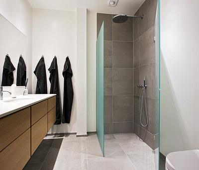 To nye badeværelser med Uno form møbler og VOLA brusere på Frederiksberg
