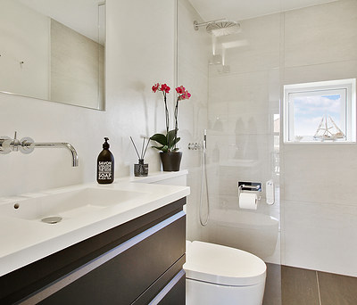 To nye badeværelser med Geberit AquaClean douchetoiletteer i Allerød nær Hillerød
