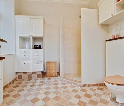 Nyt badeværelse med Damixa bruser, travertin fliser på gulv og vægge i Årslev nær Odense