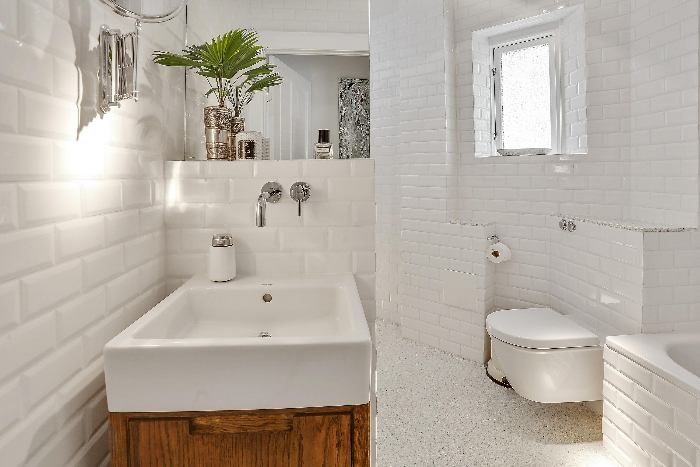 Nyt 6 m2 badeværelse med hvide metrofliser og Duravit toilet på ...
