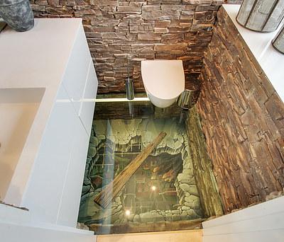 Nyt flot toilet på 2,5 m2 med grafisk glasgulv i Brøndby nær Glostrup