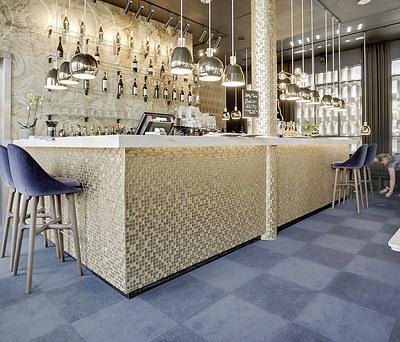 Guldbelagte glasmosaikfliser på bardiske og søjler på Cafe Opera i Århus