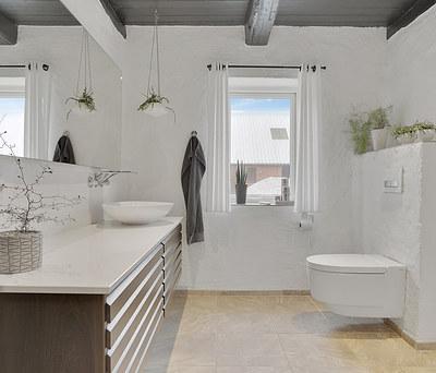 Nyt 18 m2 badeværelse med Geberit AquaClean toilet og Hansgrohe bruser i Snedsted nær Thisted