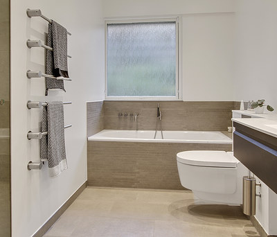 Nyt 7 m2 badeværelse med Geberit Douchetoilet og VOLA brusere i Ballerup